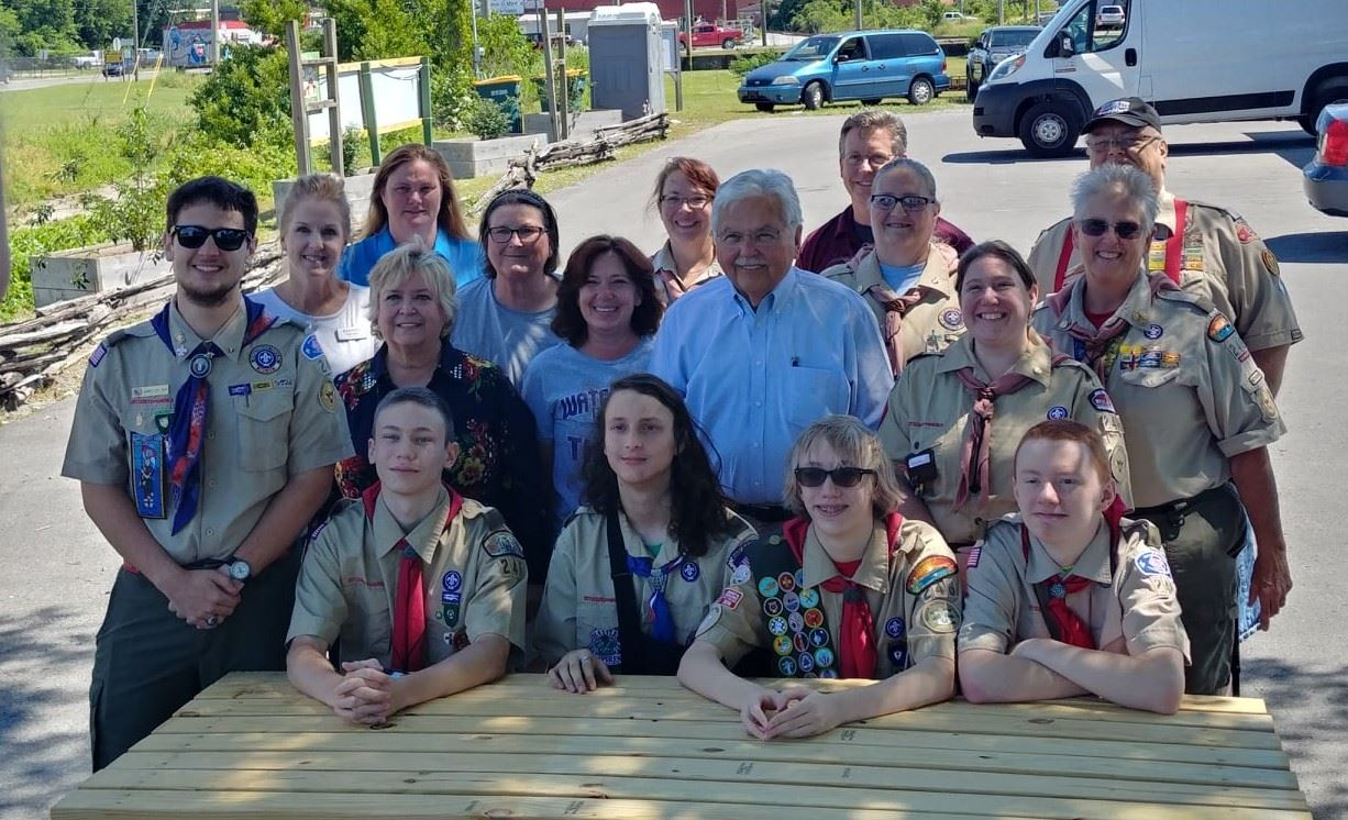 Mayor with scouts committee members1